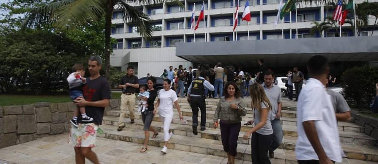 Hóspedes deixam o Hotel Intercontinental, após a invasão de traficantes armados, na manhã deste sábado. Foto de Domingos Peixoto