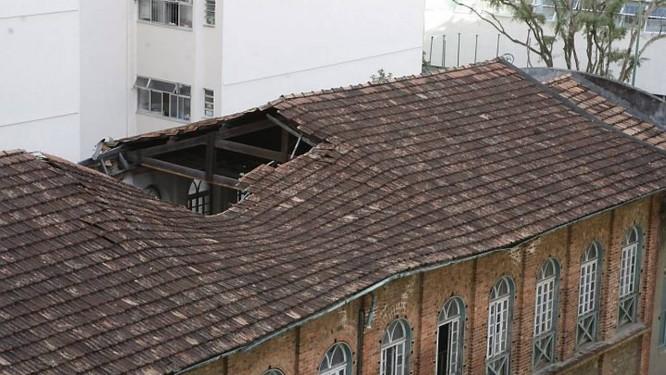 O telhado da igreja danificado pela chuva: demora no tombamento de prédio do Iphan dificulta reforma. Foto de Domingos Peixoto Agência O Globo