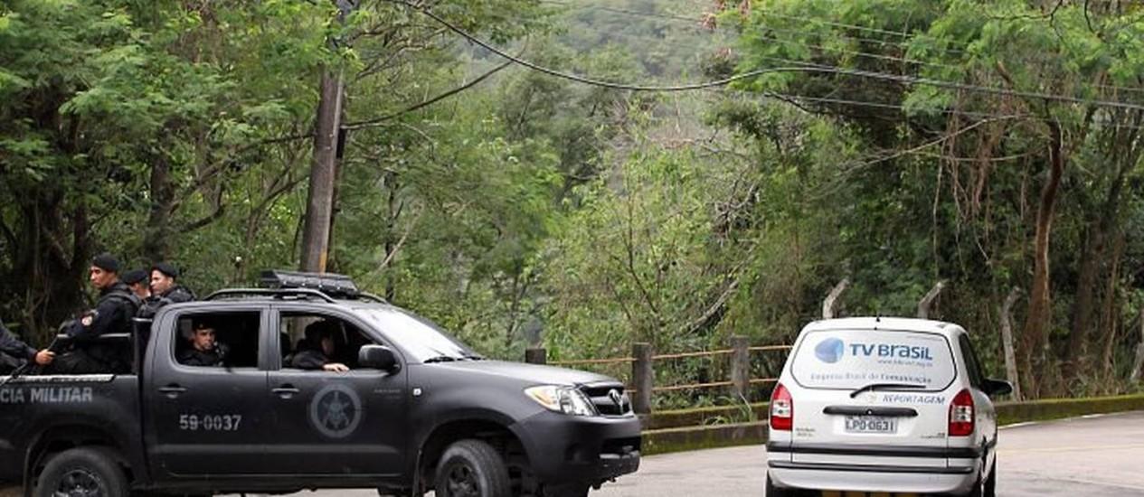 O carro da TV Brasil, abandonado pelos ladrões. Foto de Márcia FolettoAgência O Globo