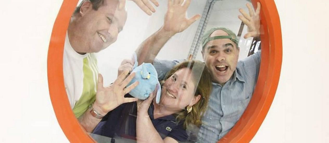 A roteirista Claudia Breitman segura o mascote Golias, cercada pelo produtor executivo André Breitman (esquerda) e o diretor Andrés Lieban