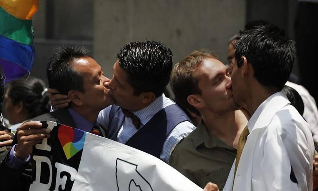 Em frente à Suprema Corte, mexicanos comemoram decisão que valida o casamento gay na capital AFP
