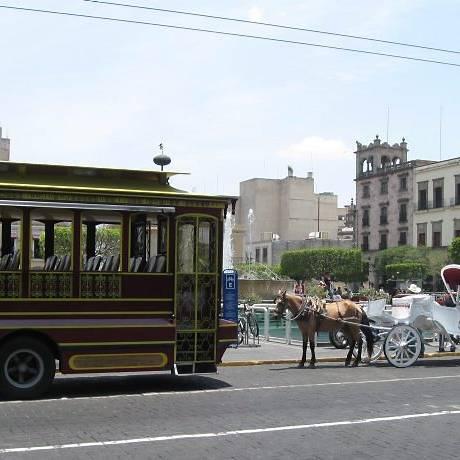 As 'calndrias', carruagens brancas, assim como as ônibus-jardineira, são típicos no Centro Histórico de Guadalajara Foto: Lauro Neto