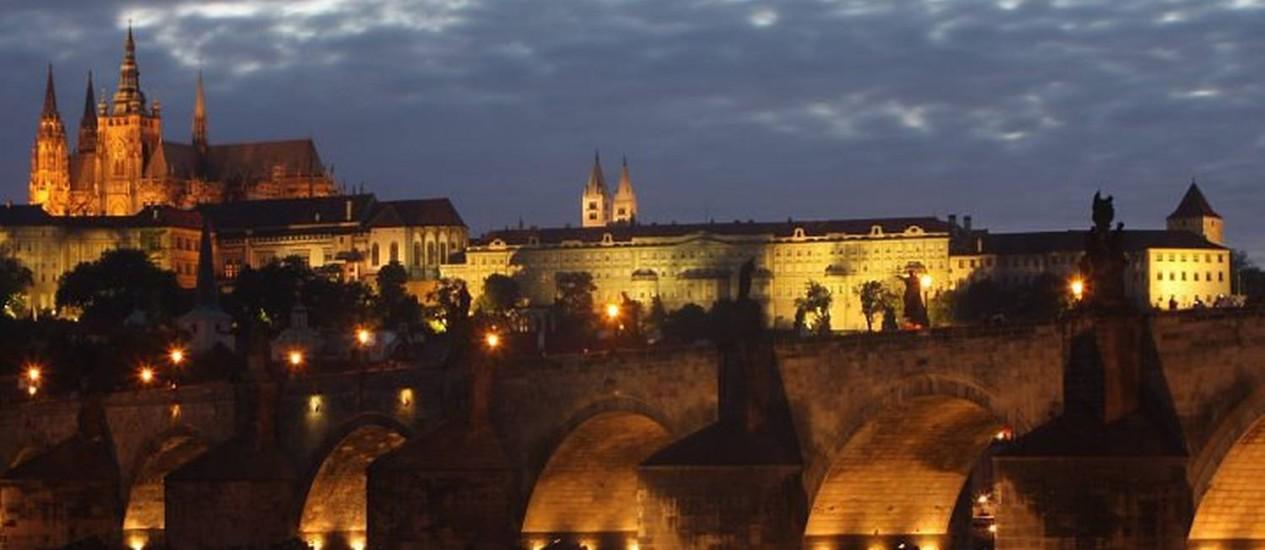 Ponte Carlos, como o Castelo de Praga ao fundo no início de uma noite de verão Foto de Bruno Agostini