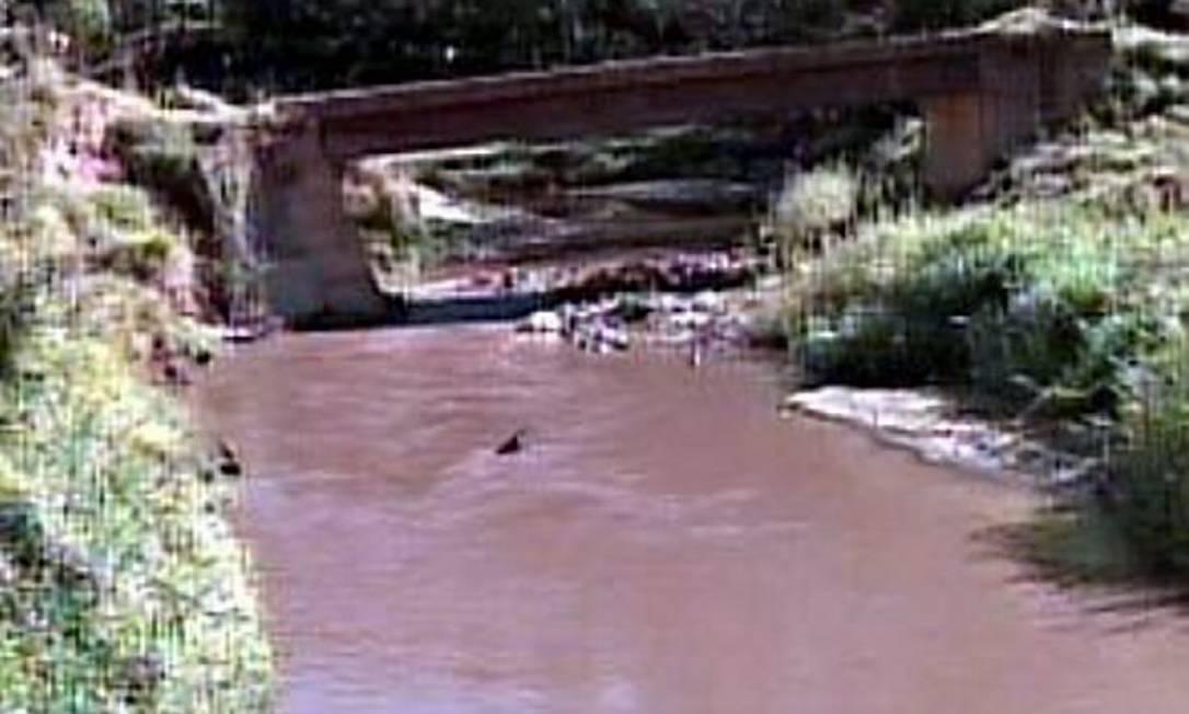 Vazamento de minério de ferro atinge rio em Minas Gerais. Foto: Reprodução MegaMinas