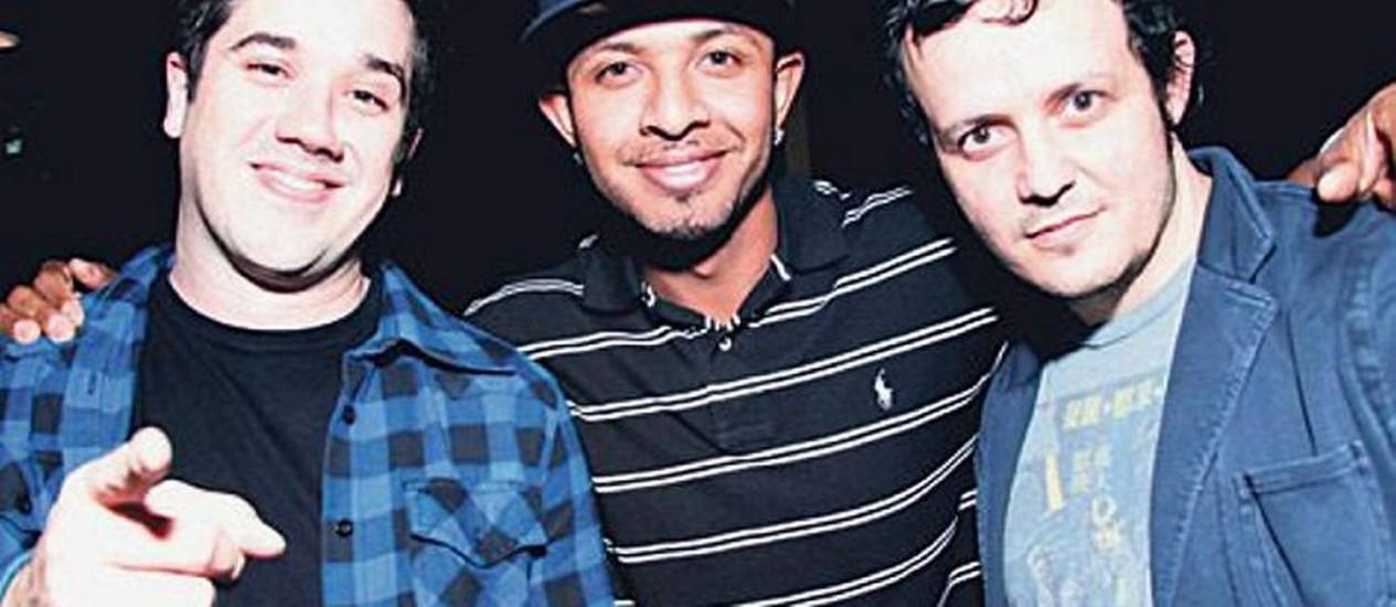 DJ Babey Drew entre Rogério Flausino e PJ, do Jota Quest Reprodução site Jota Quest