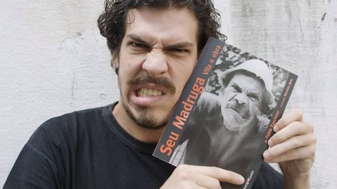 O autor Pablo Kaschner com o livro ' Seu Madruga: Vila e Obra' Divulgação