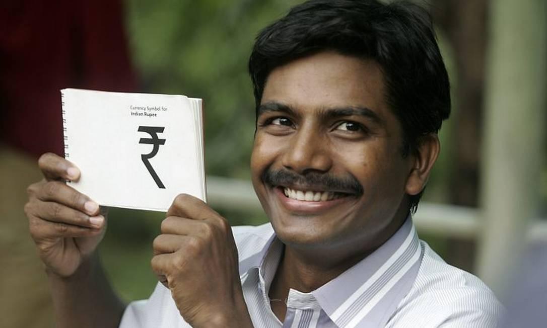 O ganhador do concurso, D.Udaya Kumar, feliz da vida com seu símbolo vencedor nas mãos AFP