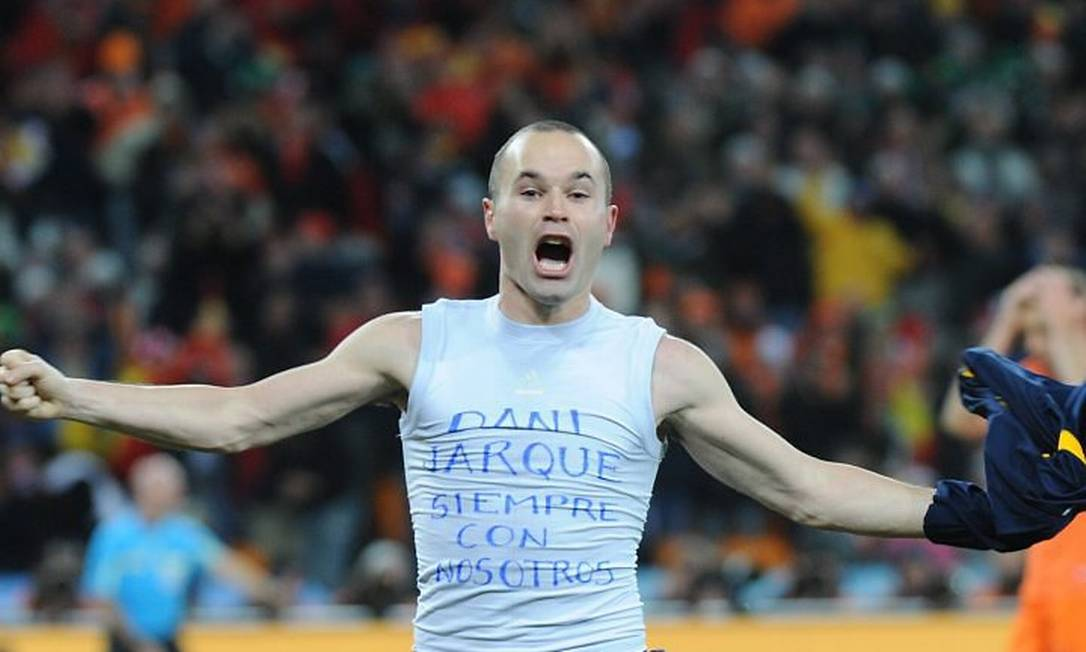 Iniesta comemora gol do título com homenagem a Daniel Jarque, jogador espanhol morto em 2009 AFP