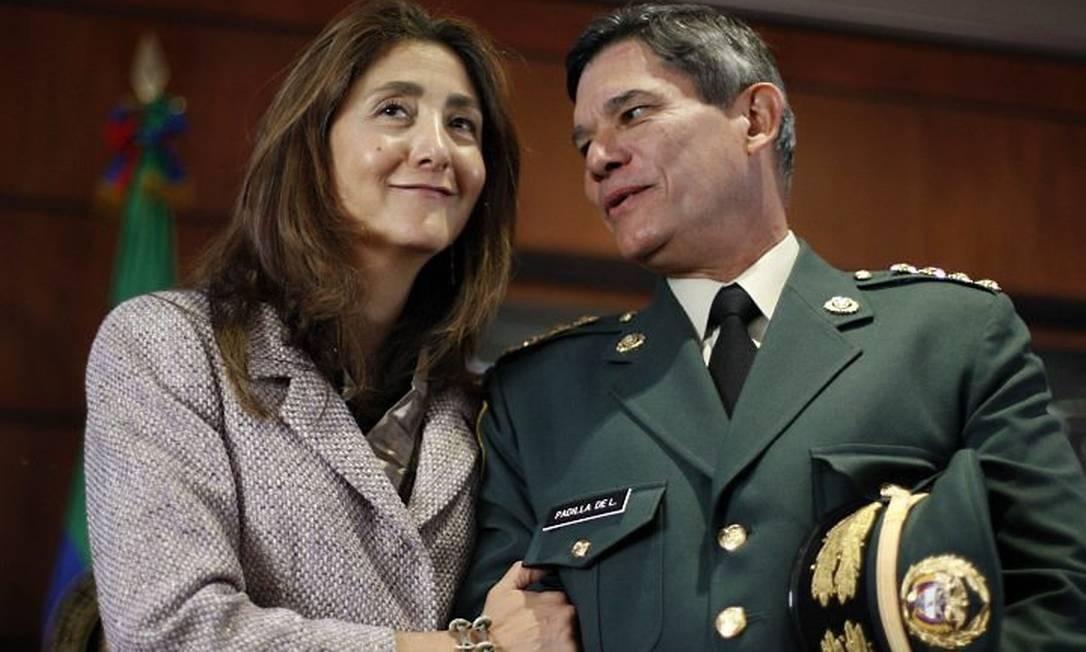 Ingrid Betancourt conversa com o Comandante das Forças Armadas da Colômbia, Freddy Padilla, em evento em Bogotá no dia 2 de julho - Reuters