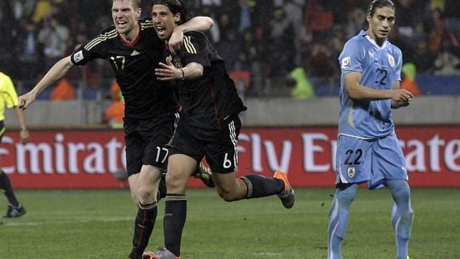 Mertesacker e Khedira comemora o gol da vitória alemã - AFP