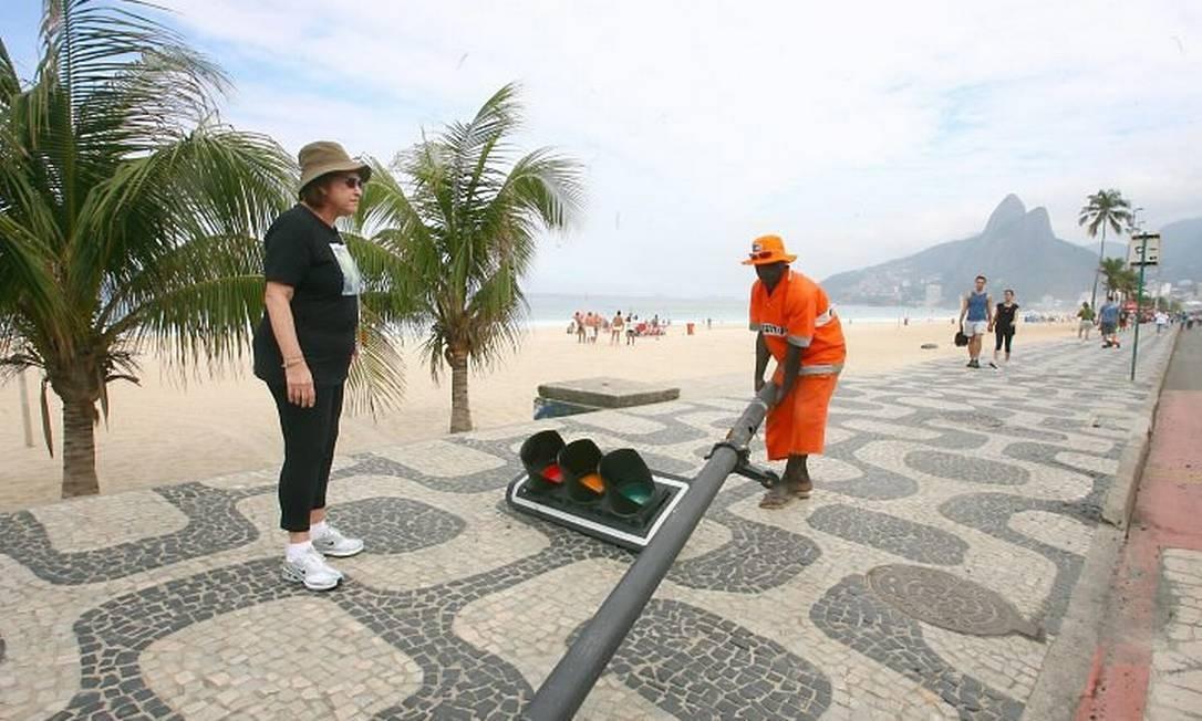 Poste de sinal de trânsito cai no calçadão da praia de Ipanema - Márcio Alves O Globo