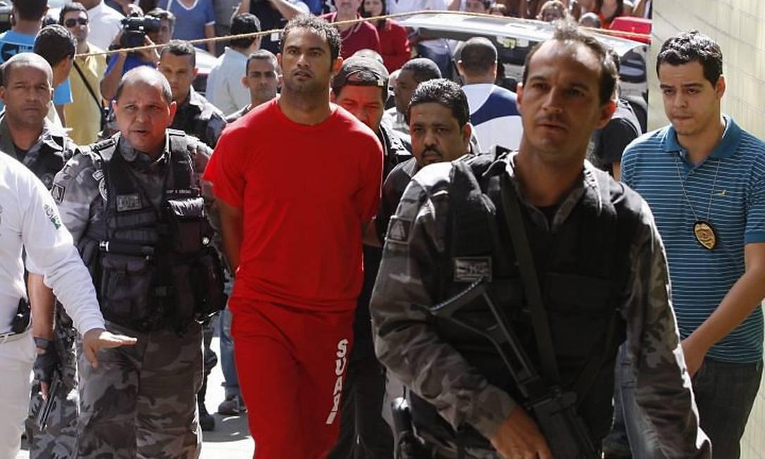 Bruno chega ao Departamento de Investigação, em Belo Horizonte Foto: Domingos Peixoto