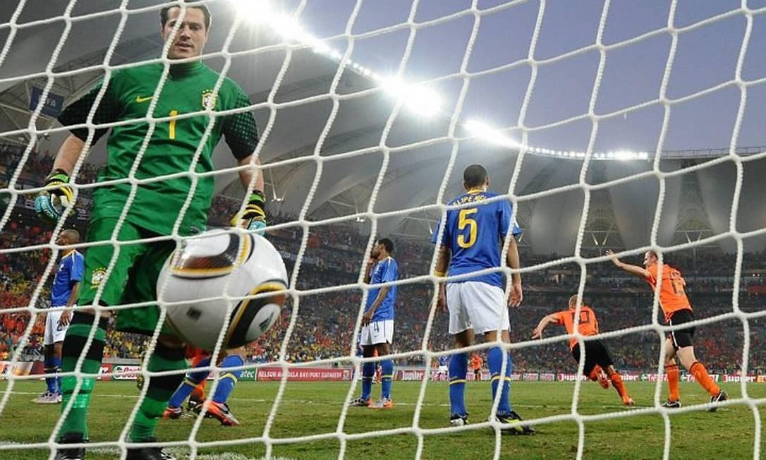 Júlio César pega a bola no gol após a virada da Holanda,. Foto AFP - 2.7.2010