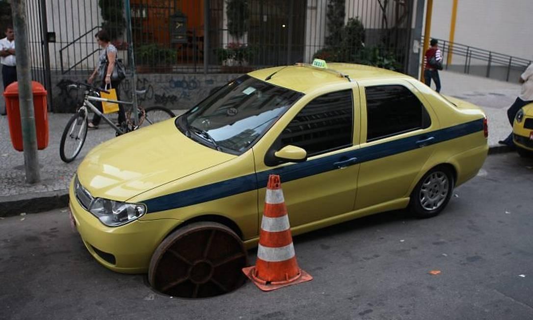 Tampa de bueiro afunda sob roda de táxi na Rua Figueiredo Magalhães: sem feridos Foto de Marcelo Carnaval - O Globo