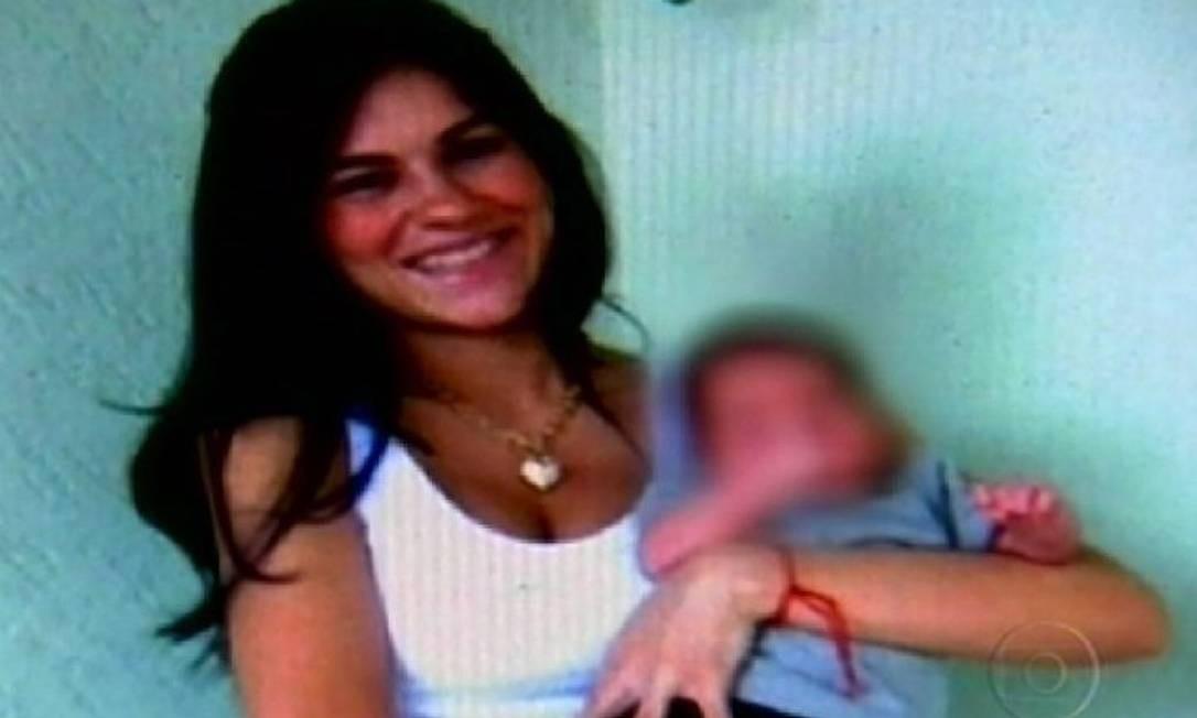 Eliza Samudio e o filho, supostamento do goleiro Bruno Foto: Arquivo O Globo / Reprodução