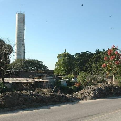 Lixo da chuva continua no acostamento da estrada do Urubu. Foto do leitor Paulo Roberto Freitas