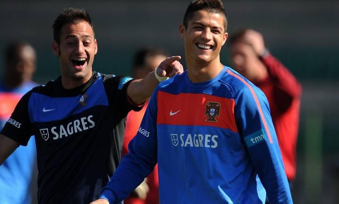 O goleiro Beto (à esquerda) brinca com Cristiano Ronaldo durante o treino: não está certo se atacante enfrenta o Brasil Foto: AFP