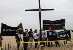 Parentes de vítimas da violência fazem protesto na Avenida Atlântica, em Copacabana. Foto Marco Antonio Cavalcanti - O Globo Foto: Marco Antônio Cavalcanti / O Globo