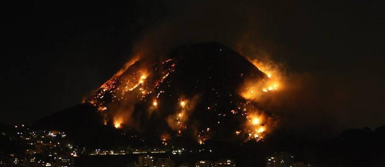 Incêndio lambe morro na zona sul do Rio - Mônica Imbuzeiro