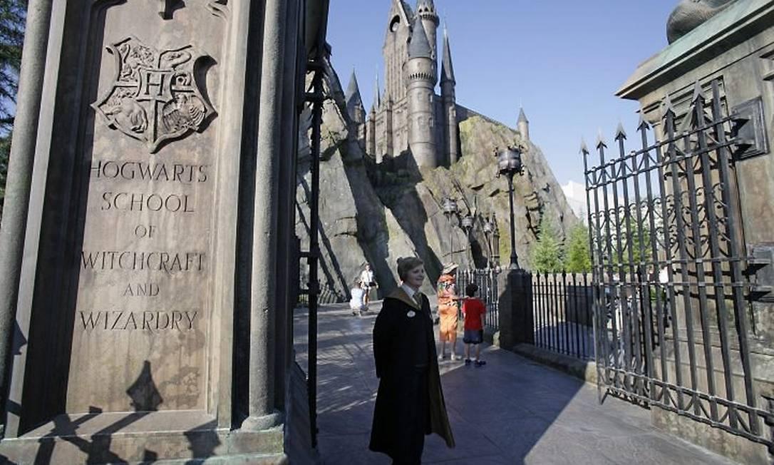 Após um longo tempo de suspense, os portões do Castelo de Hogwarts são abertos aos trouxas, no parque Islands of Adventure em Orlando Foto: AP