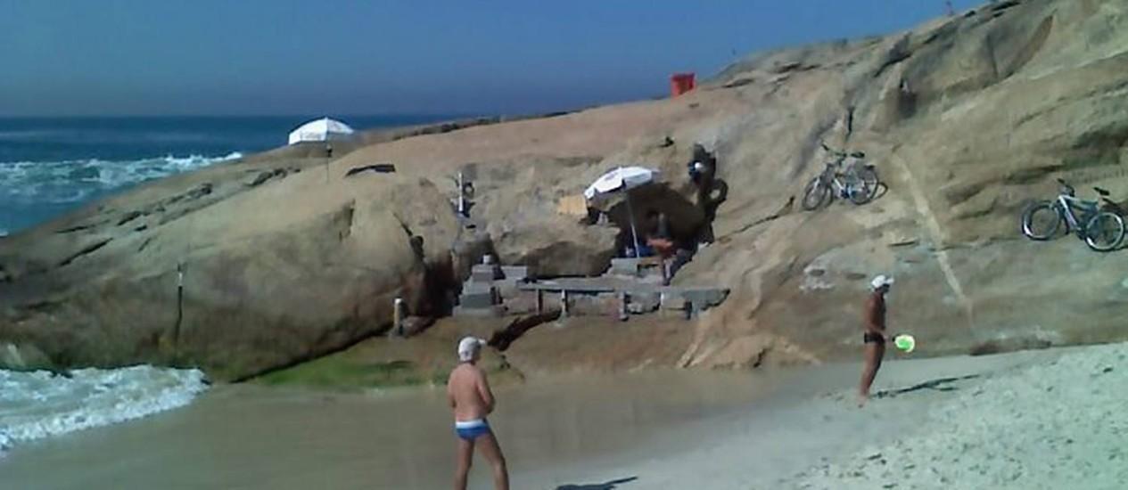 Eu-Repórter: Leitor mostra arquibancada de alvenaria feita por frquentadores da Praia do Diabo, na Pedra do Arpoador, na Zona Sul do Rio Foto do leitor Flavio Peixoto