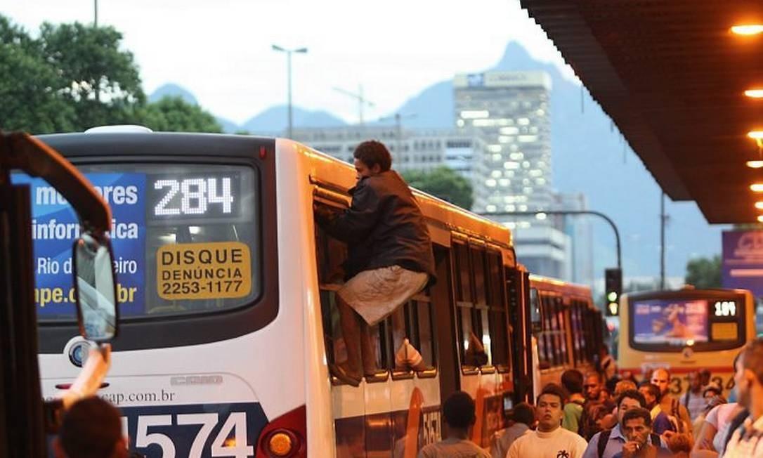 Um passageiro entra pela janela de um ônibus na Central do Brasil para não pagar passagem Foto de arquivo de Gabriel de Paiva - O Globo