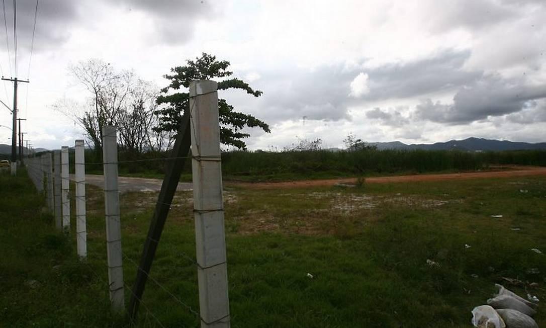 TERRENO NA Avenida Imperatriz Leopoldina, dentro da área do Centro Metropolitano, onde poderão ser liberadas construções sem obras de infraestrutura Foto de Marco Antônio Cavalcanti - O Globo