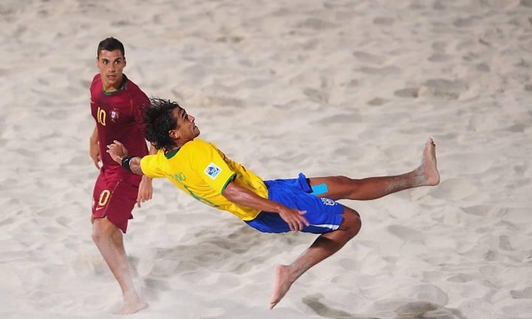 Bruno Malias marca gol de bicicleta contra Portugal na semifinal da Copa do Mundo Dubai 2009 Divulgação