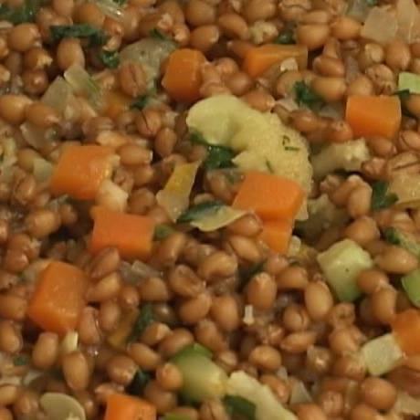 O trigo em grão integral com abobrinha, couve-flor e cenoura e mais saudável, apesar de ser calórico Foto: Reprodução