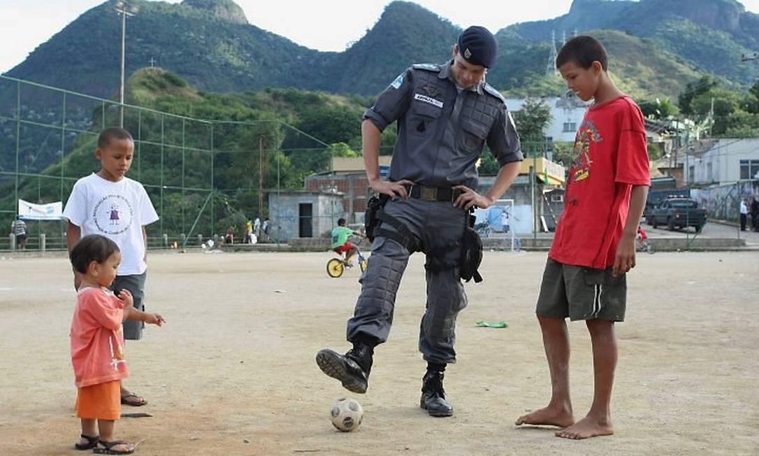 O CAPITÃO Amaral brinca com crianças no Borel: apoio da população acelerou instalação da unidade Cléber Júnior - Extra