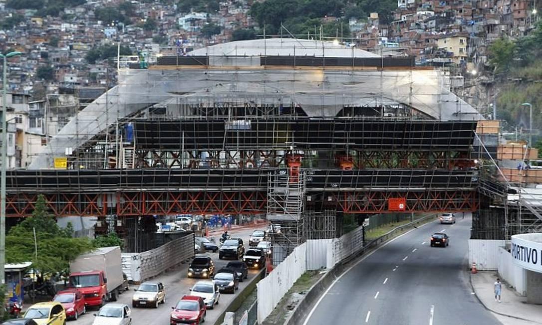 POR TRÁS dos tapumes, a passarela em frente à Rocinha, com formas semelhantes às da Apoteose do Samba, já começa a mostrar suas curvas Foto de Fernando Quevedo - O Globo