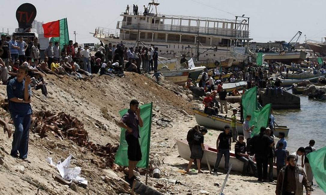 Seguidores do Hamas fazem protesto em Gaza contra a operação de Israel que matou dez pessoas em embarcação com ajuda humanitária AP