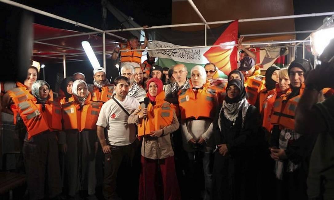 Vestindo coletes salva-vidas, ativistas pró-palestinos da Turquia concedem entrevista coletiva a bordo de um dos navios turcos - Reuters