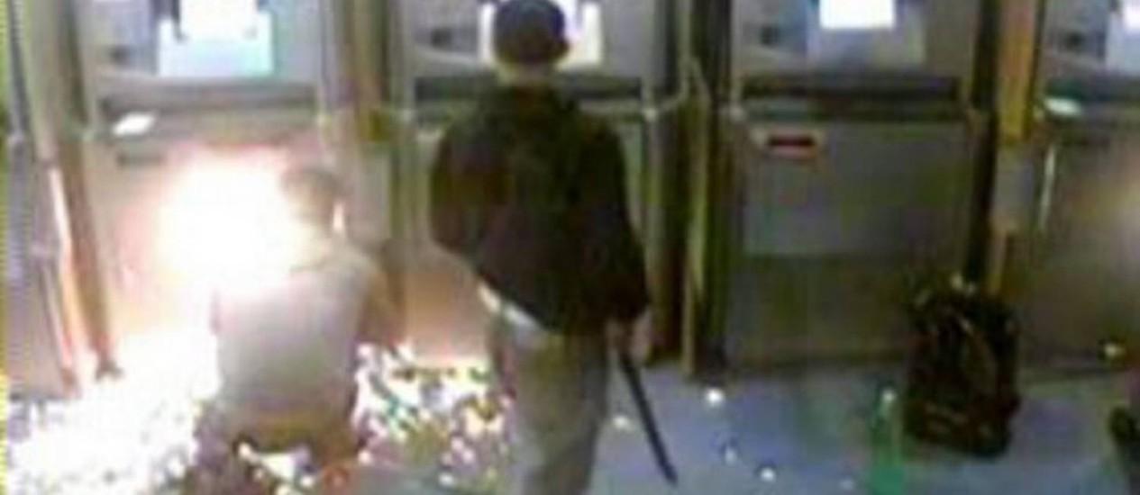 Ladrões durante roubo a agência bancária. Reprodução vídeo divulgado pela DRF