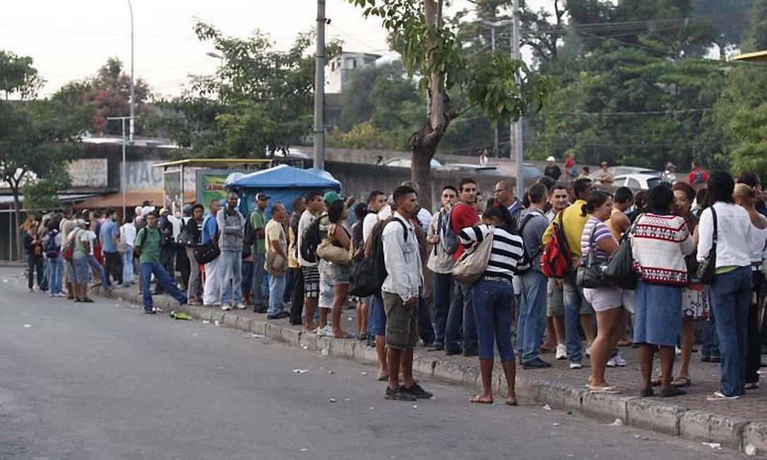 Passageiros sofrem com a falta de ônibus em ponto da de ônibus em Cascadura, Zona Norte Foto: Wânia Corredo Extra