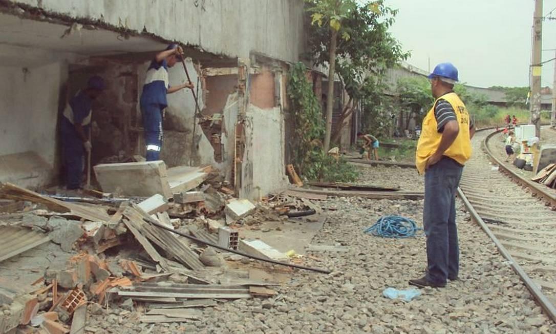 Prefeitura demole construções irregulares próximo à linha de trem, no Jacarezinho. Foto: Divulgação