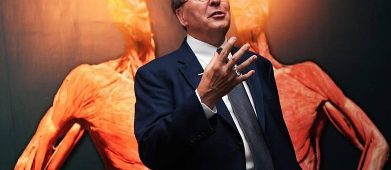Roy Glover explica a exposição em São Paulo. Foto: Marcos AlvesAgência O Globo