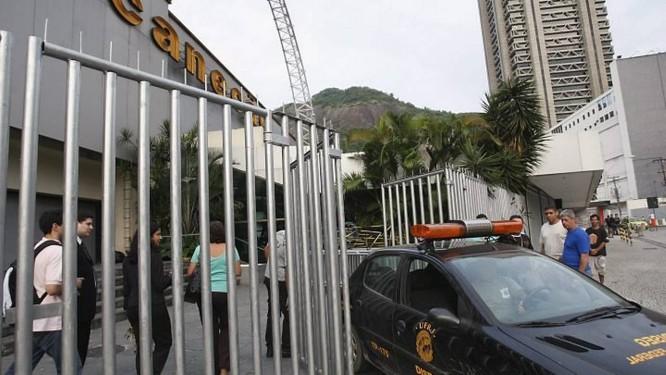 Oficial de Justiça vai ao Canecão entregar liminar de reabertura da casa. Foto: Domingos Peixoto