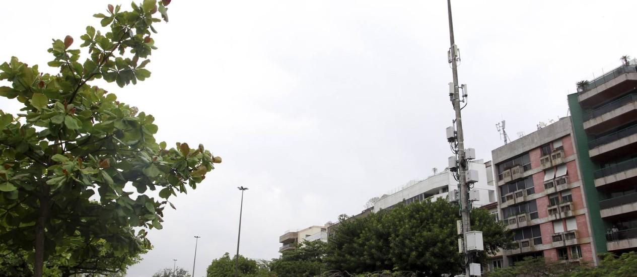 Antenas de celular em postes de luz na Avenida Borges de Medeiros, em frente ao Clube Caiçaras, na Lagoa, na Zona Sul do Rio Foto: Fabio Rossi / O Globo
