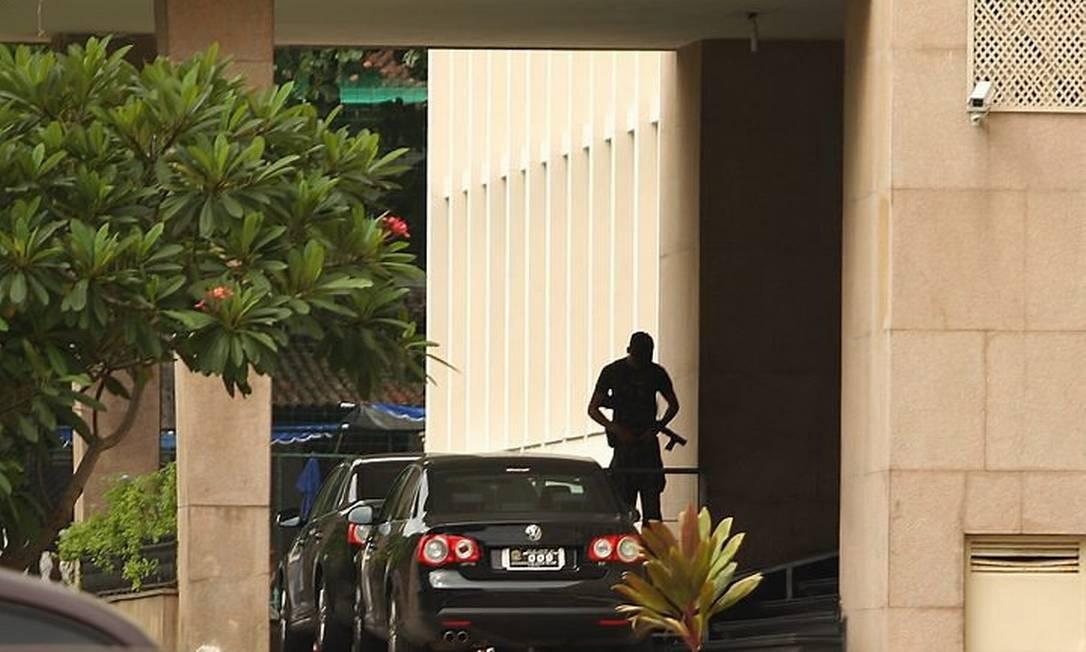 UMA EQUIPE da Procuradoria de Justiça Militar do Rio na porta do IME Foto de Gabriel de Paiva - O Globo
