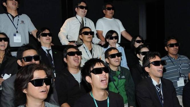 O óculos 3D causa grande cansaço visual e dor de cabeça Foto de arquivo