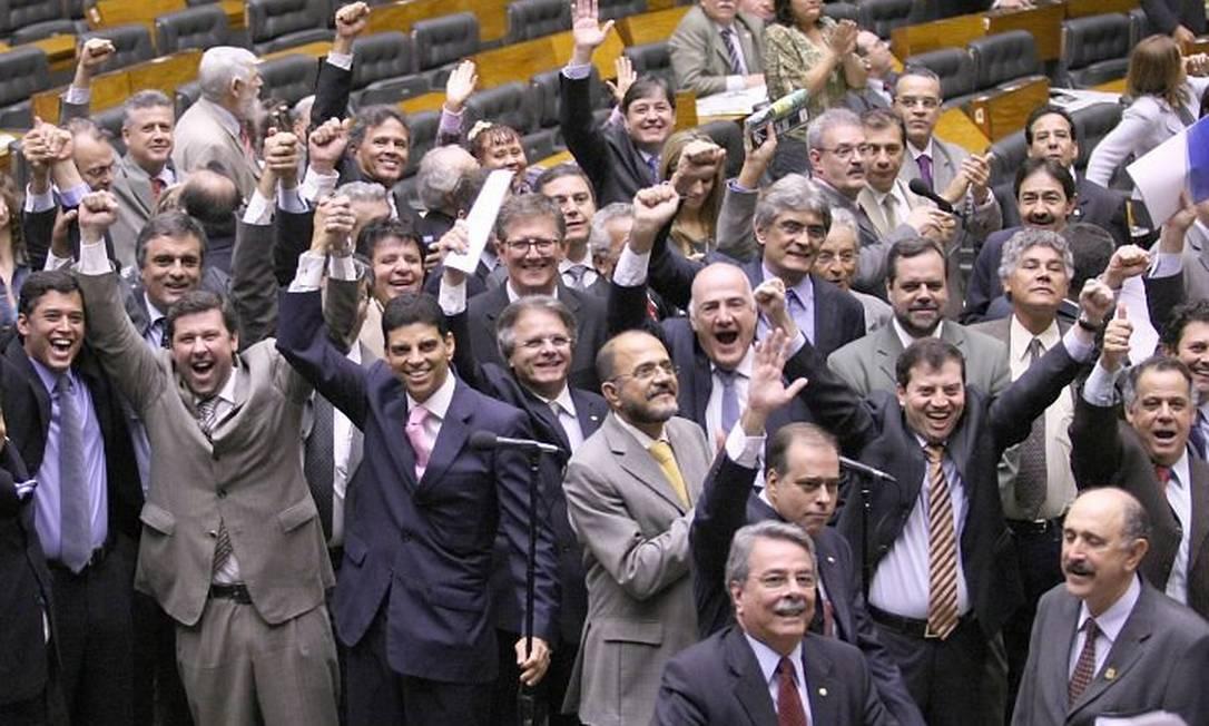 Prlamentares comemoram em plenário votação dos destaques do projeto Ficha Limpa. Foto: Ailton de Freitas