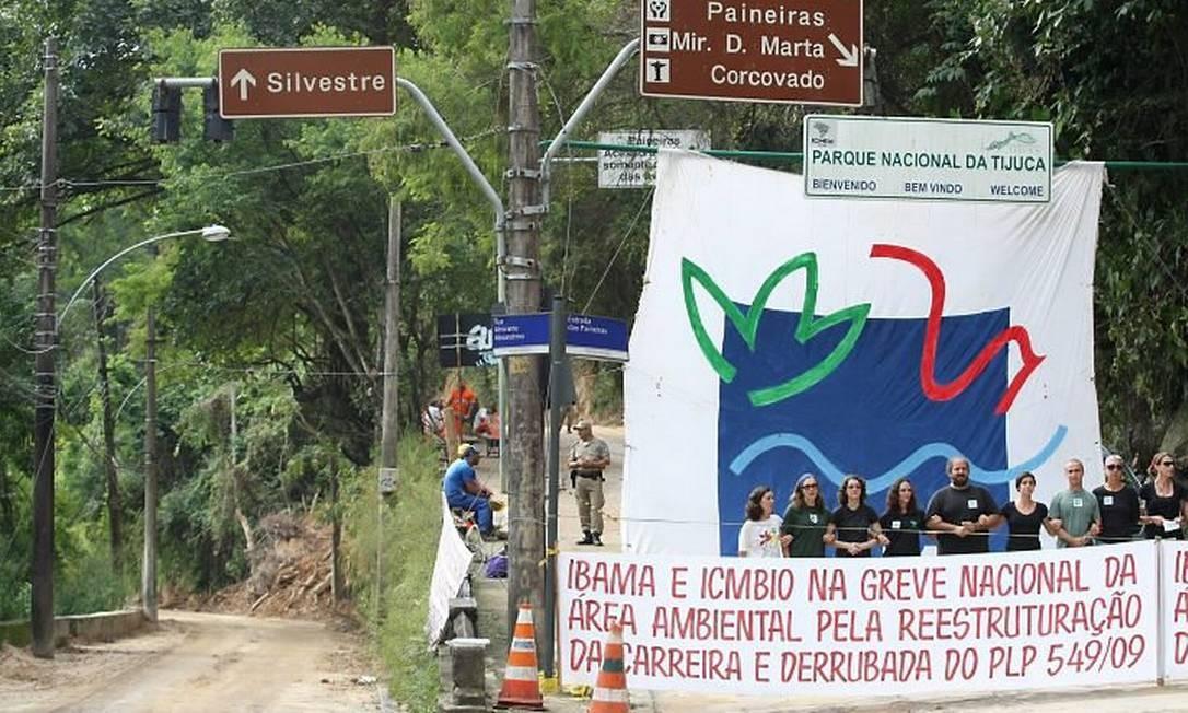 Servidores do Ibama em greve bloqueiam acesso ao Cristo Redentor na Estrada das Paineiras. Foto: Márcia Foletto