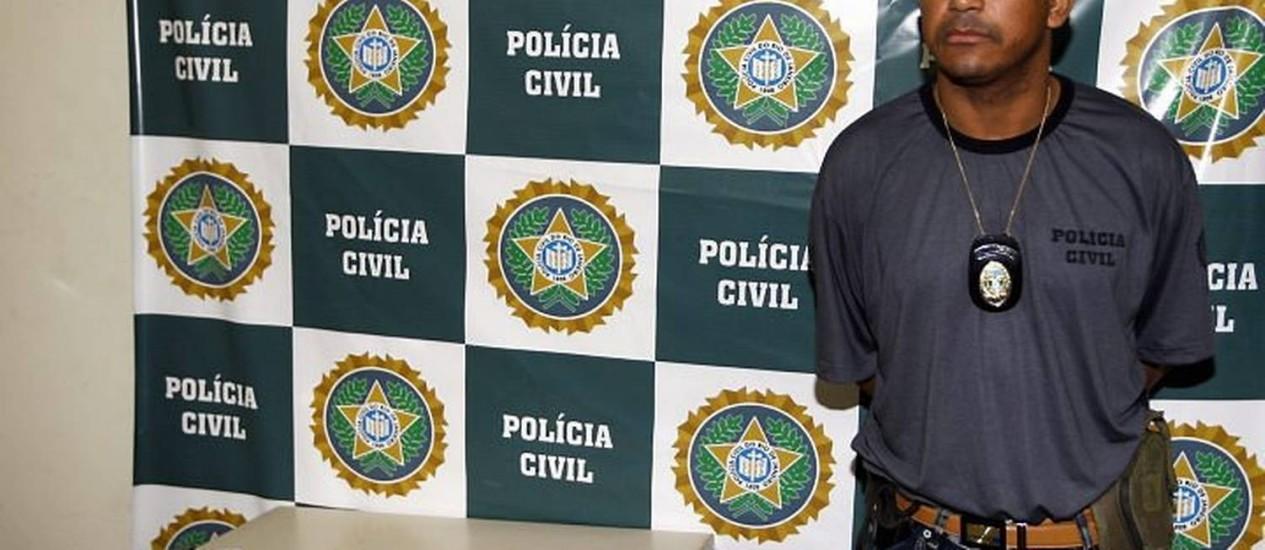 Ladrão com colete da Polícia Civil é apresentado na delegacia Foto de Wania Corredo - Extra