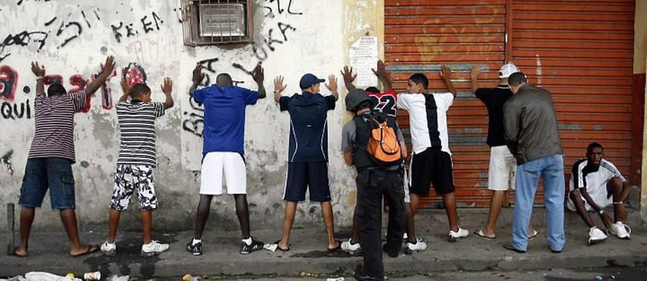 Cerca de 200 policiais fazem uma varredura neste domingo na favela Nova Holanda, no complexo da Maré, Zona Norte do Rio - Celso Meira