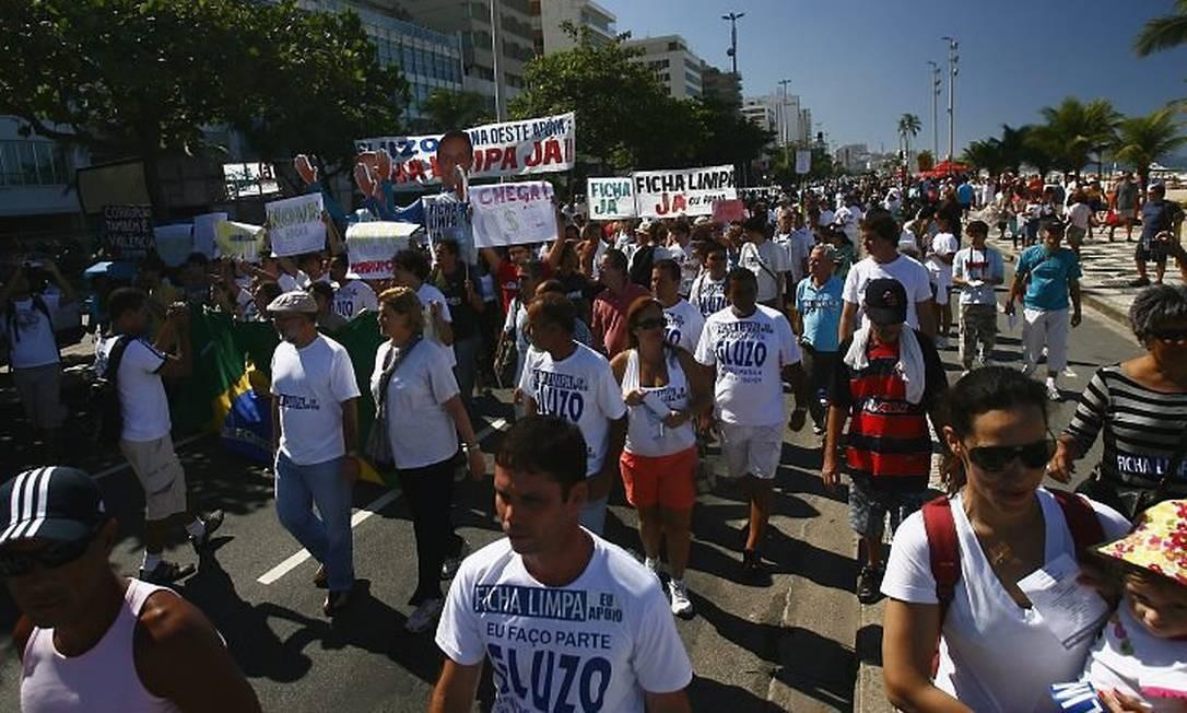 Cerca de 500 pessoas participam da caminhada para pressionar o Congresso a vetar a candidatura de políticos condenados pela justiça