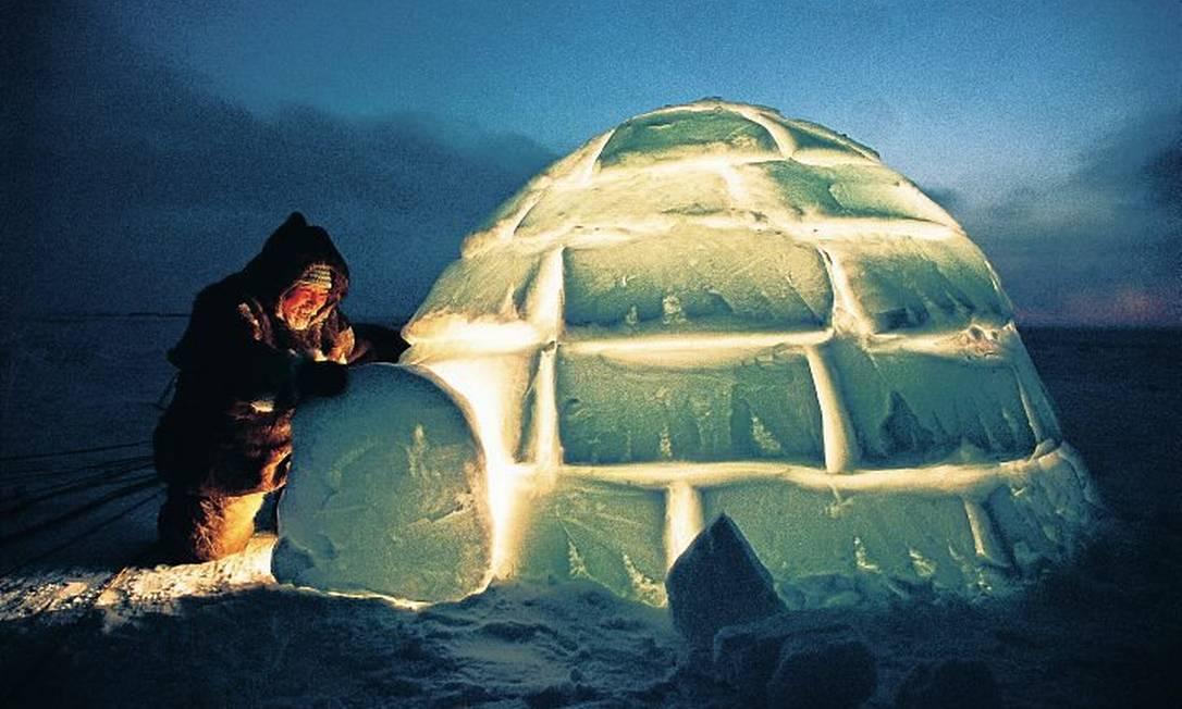 caçador prepara iglu: uma tradição sob risco Foto: Divulgação