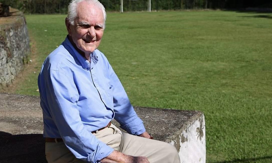 Luiz Fernando Secco posa no campo de sua antiga casa, onde surgiu a expressão 'futebol society' Crédito: Fernando Maia