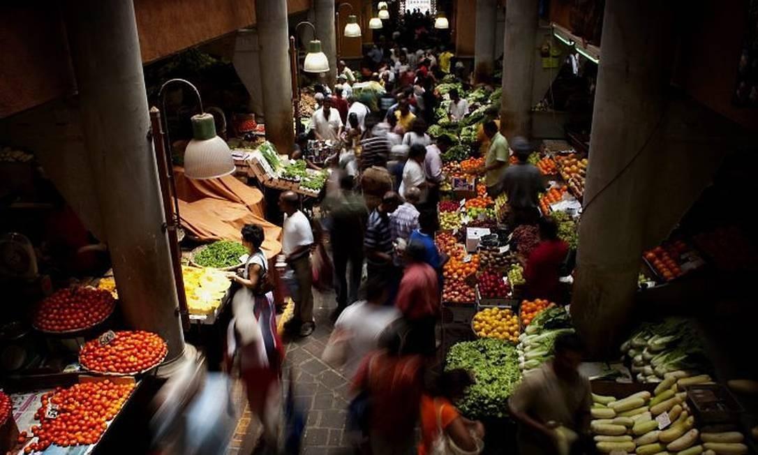 Barracas no mercado de Port Louis vendem de frutas a temperos e DVDs de Bollywood e tambores Foto: Benedicte Kourzen - The New York Times