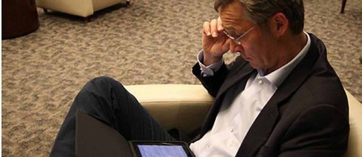 Primeiro-ministro da Noruega usa o iPad no aeroporto de Nova York Crédito: Reprodução